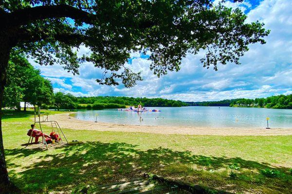 Les professionnels du tourisme des lacs du Lévézou, en Aveyron, espèrent encore sauver leur saison après la crise liée au coronavirus.