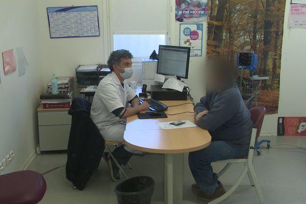 Seules les urgences sont prises en charge, les soignants doivent gérer des situations de stress liées au confinement.