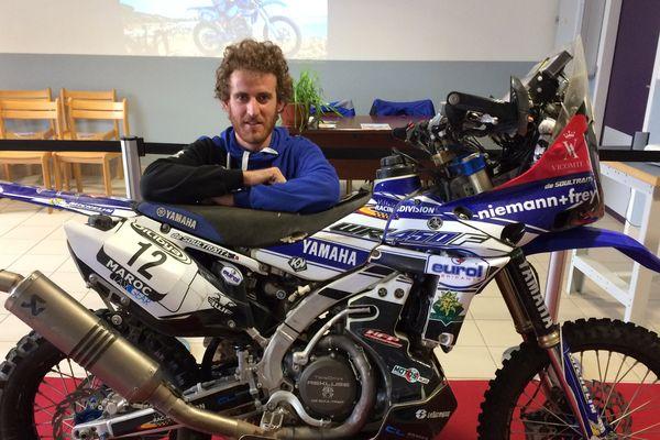 Xavier de Soultrait pose avec sa moto de rallye.