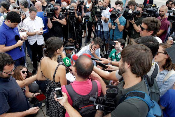 Aurélie Trouvé, porte parole d'ATTAC, lors de son point presse dimanche 25 août à Anglet pour expliquer l'annulation des rassemblements prévus.
