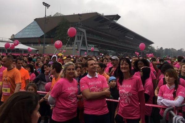 Des milliers de participant(e)s ont couru pour la recherche contre le cancer du sein à l'hippodrome de Vincennes (Paris).