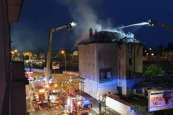 La lutte contre les flammes a duré une bonne partie de la nuit à Bourg-en-Bresse.