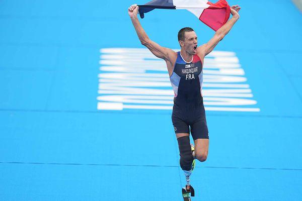 La joie de l'yvetotais Alexis Hanquinquant après sa victoire à l'épreuve de triathlon aux Jeux paralympiques de Tokyo.