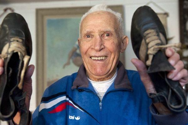 Lors de ses 90 ans, le 30 décembre 2010, Alain Mimoun a posé avec ses chaussures du marathon olympique qui lui a valu la médaille d'or aux jeux de 1956