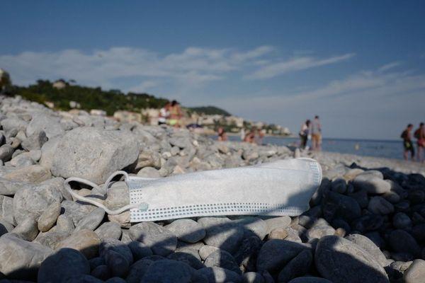 Un masque sur les galets de la plage de Nice le 22 mai dernier.
