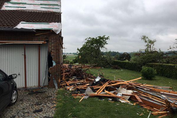 La toiture et une partie de cette maison se sont envolées après de violentes rafales de vent dans la nuit du 19 juin 2021.
