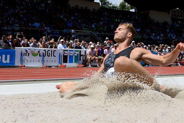 Kevin Mayer sur l'épreuve du saut à longueur, à Talence, le 22 juin.