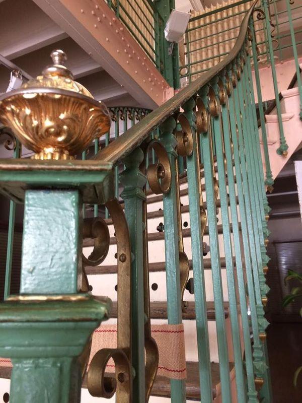 L'escalier monumental des Galeries Carnot, à Vouziers, dans les Ardennes. Un établissement, construit sur le modèle des grands magasins parisiens, qui tombe en désuétude depuis 2013.