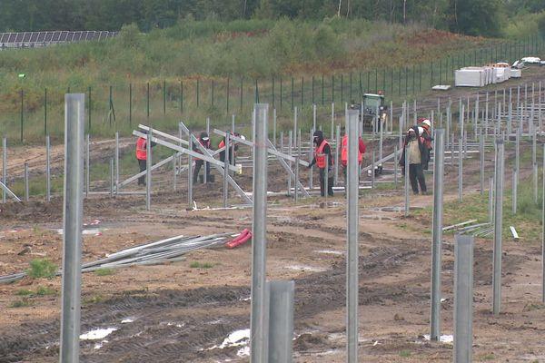 Des ouvriers espagnols sont au travail afin d'installer la centrale