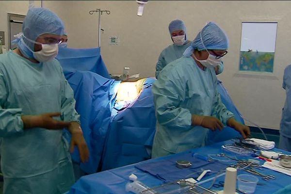 Une opération au CHU de Poitiers où l'on opère selon un dispositif étudié pendant plusieurs années dans le cadre d'un projet de recherche avant d'être appliqué.
