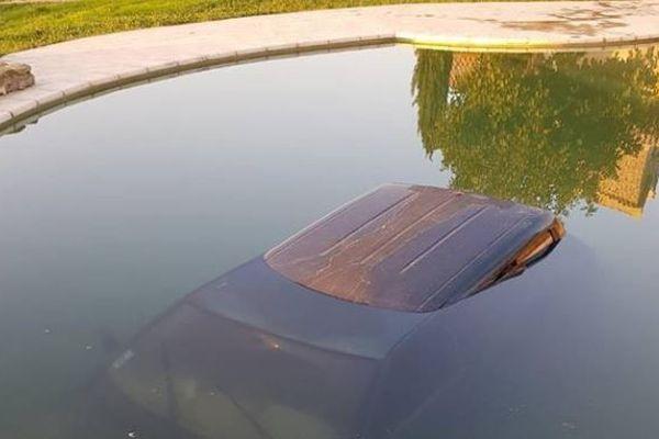 Pour éviter les contrôles, à Pont-Saint-Esprit dans le Gard, un  automobiliste prend les chemins de traverse et finit dans la piscine du voisin.
