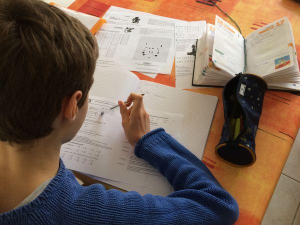 Paul travaille sur ses exercices de maths ce lundi 16 mars 2020