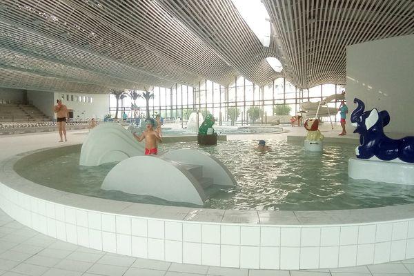 Yanis et ses camarades s'éclatent dans l'un des bassins destinés aux enfants
