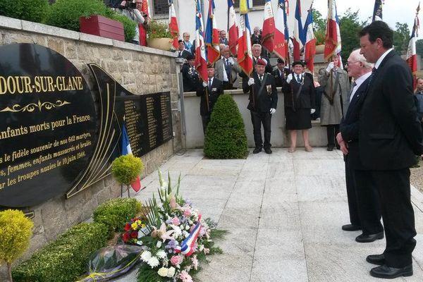 Dépôt de gerbes au monument aux morts des deux guerres à Oradour