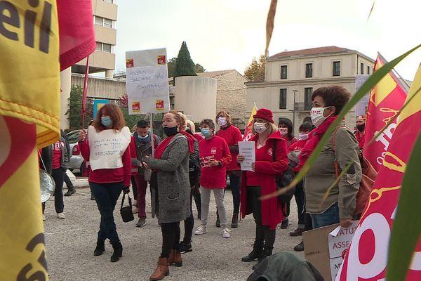 De rouge vêtus pour crier leur colère, ils sont une trentaine à manifester à Nîmes pour représenter les assistants familiaux du Gard.