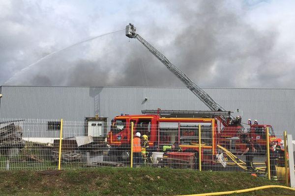 L'incendie a pris dans un bâtiment de découpe de volaille. Entreprise la Trinitaise à Merdrignac (Côtes d'Armor)