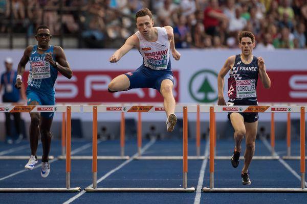 Victor Coroller à droite pendant sa demi-finale du 400 mètres haies aux championnats d'Europe d'athlétisme à Berlin