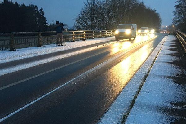 Neige et verglas sur la route à Quedillac