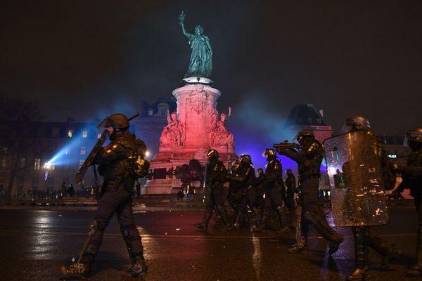 La première « nuit jaune » n'aura duré que quelques heures place de la République : face au rassemblement, les forces de l'ordre ont vite procédé à l'évacuation des lieux, à l'aide de gaz lacrymogène et de grenades de désencerclement.