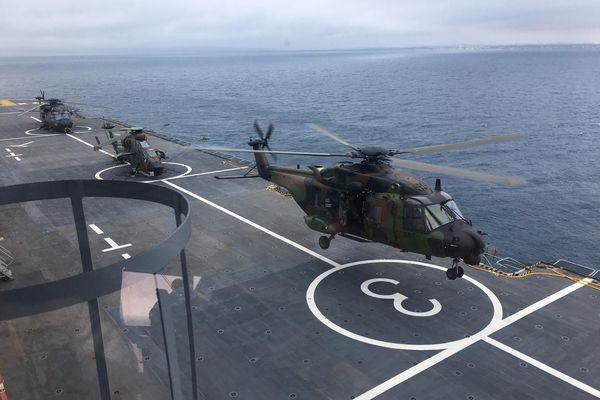 Valras-Plage - Le porte-hélicoptère amphibie Dixmude - 01.06.21