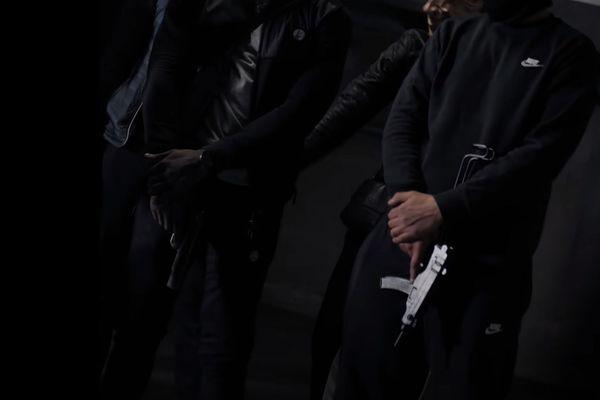 Armes de poing et automatiques ponctuent le clip.