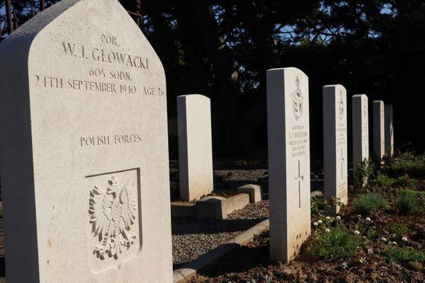 La tombe de Witold Glowacki à Guînes, à côté de celles d'autres aviateurs de la Royal Air Force.