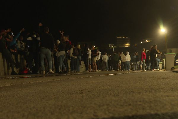 Tous les soirs, des dizaines de jeunes fêtards se retrouvent sur la Côte des Basques à Biarritz.