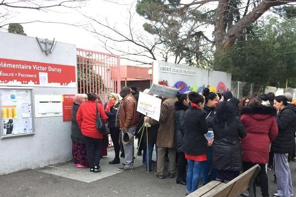 Ce lundi 20 janvier des parents d'élèves ont manifesté devant l'école Victor Duruy à Perpignan.