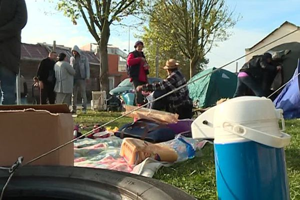 Les tentes ont été prêtées par les voisins des familles Roms expulsées.
