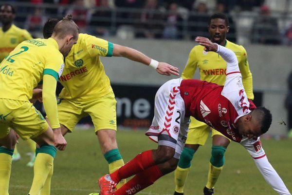 David Ngog du Stade de Reims face au défenseur nantais Kian Hansen.
