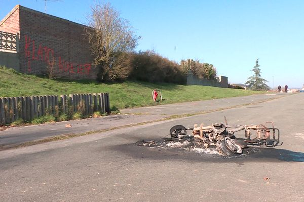 Une moto brûlée après les affrontements au quartier Saint-Jean à Beauvais dimanche 28 février 2021