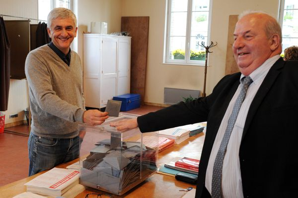 Archives/ Hervé Morin vote à Epaignes (27) en 2015. Le président de la Région Normandie, chef de file des Centristes a de nouveaux à ses côtés LR et le Modem. Il a rassemblé la droite à l'exception de l'UDI , qui veut sa propre liste conduite par la sénatrice de l'Orne, Nathalie Goulet
