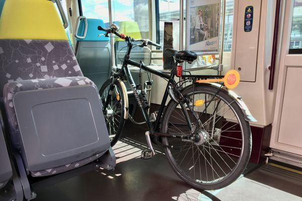 Pas d'accrochage ou d'espace spécifique pour les vélos dans le récent tramtrain de Nantes à Châteaubriant