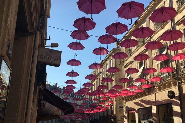 """L'ouverture de parapluies roses dans les rues de Montpellier est l'une des actions symboliques de l'opération """"Octobre rose"""" qui sensibilise le public à la lutte contre le cancer du sein."""