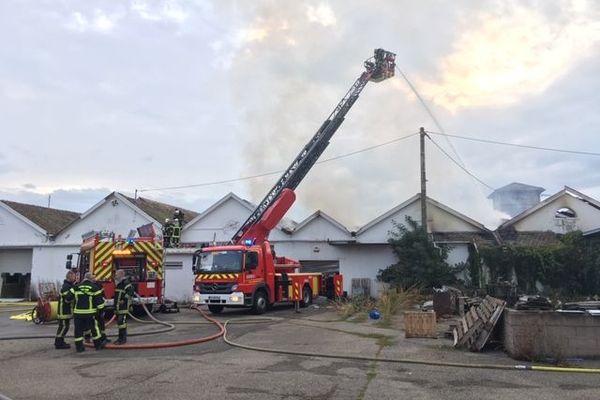 Les pompiers du Haut-Rhin à l'oeuvre pour circonscrire le feu dans un entrepôt désaffecté d'Issenheim