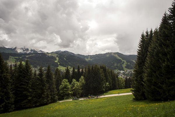 Des coureurs sur la première étape du Critérium du Dauphiné aux Gets (Haute-Savoie) le 5 juin 2016.