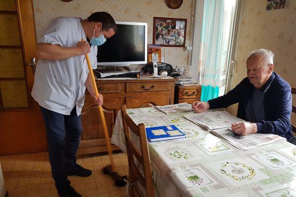 """Philippe Prebin, aide à domicile à Pontarlier : """"Normalement, dans ce métier, on ne doit pas s'attacher aux personnes, mais on s'attache forcément""""."""