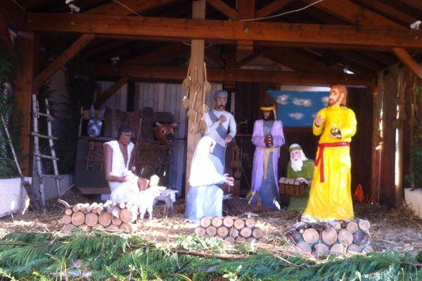 La crèche a trouvé sa place devant l'église du village.