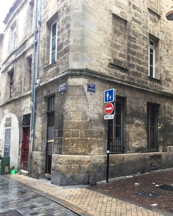 Cet immeuble de pierre situé à l'angle de la rue des Pontets et de la rue Gensan, à Bordeaux, abritait un squat de dealers très actifs durant le confinement. Le 11 mai dernier, une trentaine d'individus s'y sont affrontés armés de clubs de golf, de sabres japonnais et de battes de Baseball.