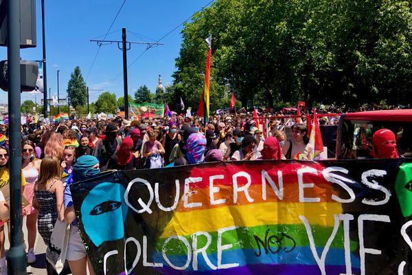 Sous la pression de la foule LGBTQI+ la manifestaient avance en cortège vers le centre de Nantes
