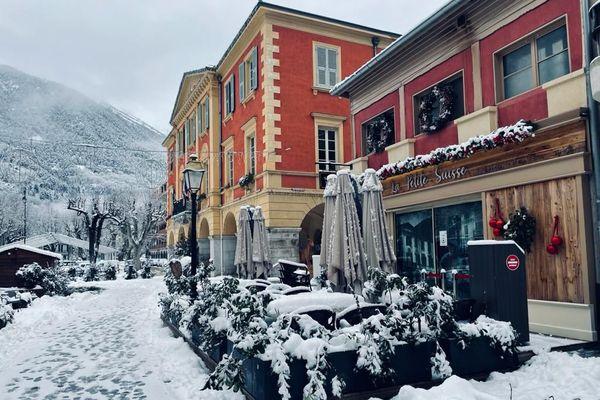 Le village Saint-Martin-Vésubie enneigé pour le premier jour de l'année 2021.