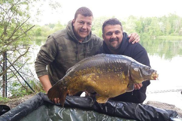 Pour David et Mario, deux collègues de travail qui ont levé l'un des plus grands poisson de l'enduro carpe, la pêche permet d'oublier les petits tracas du quotidien.