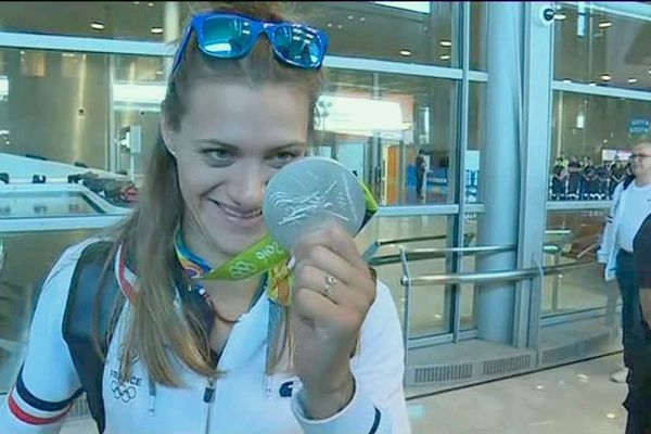 La gardienne Laura Glauser à son retour à Roissy avec sa médaille d'argent (Handball)
