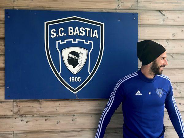 Mathieu Robic, l'un des artisans de la belle saison bastiaise, devant l'emblème du Sporting, à l'Igesa.