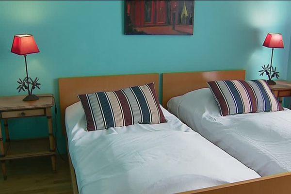Une des chambres à coucher de la maison inspirée des années 50.