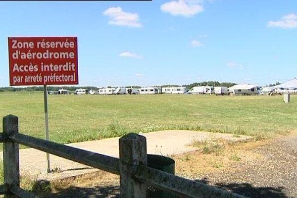 Une cinquantaine de caravanes sur l'aérodrome de Courlans, près de Lons-le-Saunier