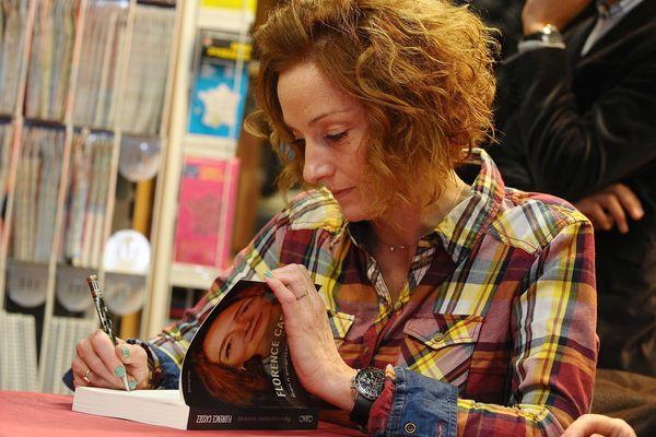 Florence Cassez dédicace son livre en librairie, en janvier 2014.