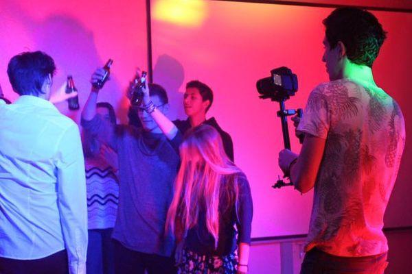 Maxime Jouet (à droite avec la caméra) pendant le tournage de son clip