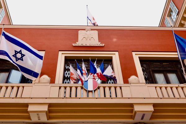 Christian Estrosi a fait flotter le drapeau Israélien sur le fronton de la mairie de Nice