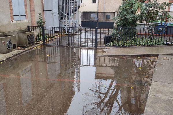 Dès qu'il pleut la cour de récréation de l'école Falguière à Toulouse baigne dans plusieurs centimètres d'eau.